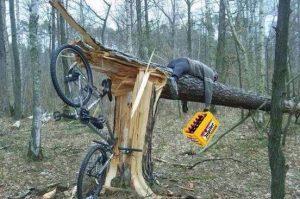 piásan is lehet kerékpározni a főúton. Az ittas kerékpáros eleshet a baleseti kártérítéstől is.