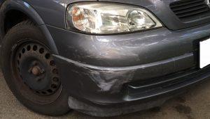A kárt okozó autó. Ekkora sérüléssel a cserbenhagyás mellett is nehéz eltitkolni a károkozást