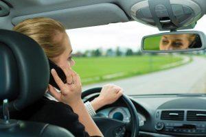 Autóvezetés közben a kézben tartott mobil telefon történő telefonálás balesetveszélyes és a rendőr is büntet érte