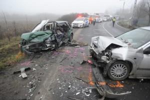 A személyi sérüléses balesetnél köteleő rendőrt hívni. Frontális baleset (MTI)
