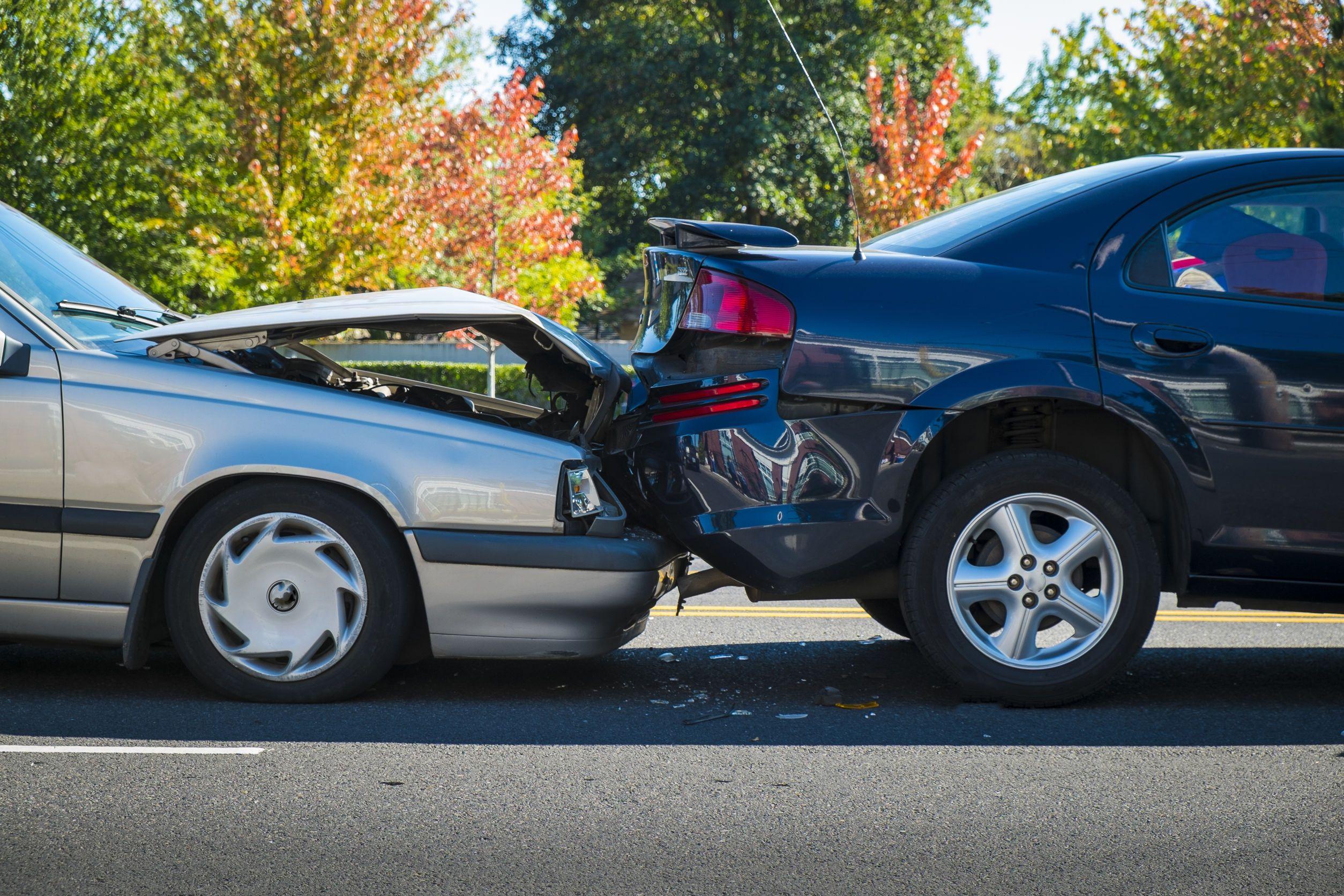 A ráfutásos autóbalesetben a hátulról érkező autó összetolja a kocsisort.