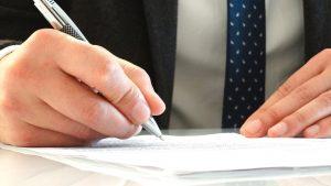 A legtöbb biztosító papíron is kéri a baleset dokumentumait, de a kárbejelentés online is elindítható.