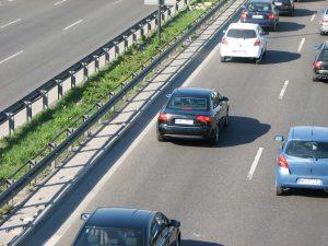 A belső sáv csak előzésre használható, az autópályán is érvényes a jobbra tartás kötelezettsége.