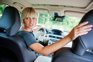 A tolatás fokozott figyelmet kíván a gépkocsivezetőtől.