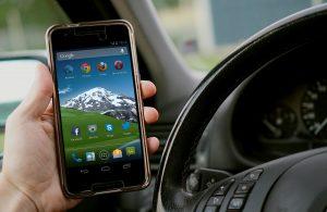 Kézben tartott telefonnal a vezetés közbeni mobilozás tilos, ebben a KRESZ egyértelmű
