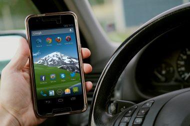 Mikor tilos a vezetés közbeni mobilozás?