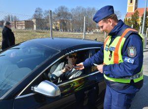 kötelező biztosítás igazolása: nem kell a csekk, a rendőr kéri le az adatokat a nyilvántartásból